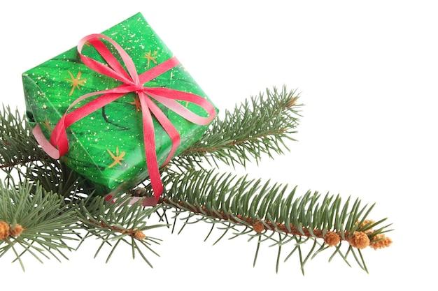 Branche de sapin avec le cadeau