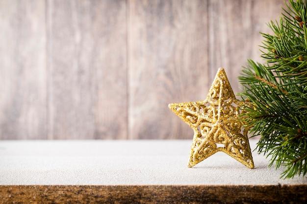 Branche de sapin de noël et décor, sur le fond en bois.