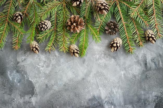 Branche de sapin sur noël vintage. brun d'hiver des branches de sapin de noël et d'épinette sur sombre, plat et vue de dessus. frontière de noël et du nouvel an