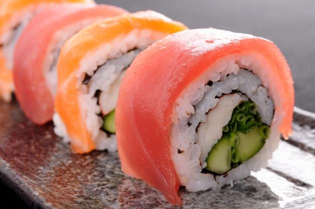 Branche de sushi au thon de saumon en gros plan