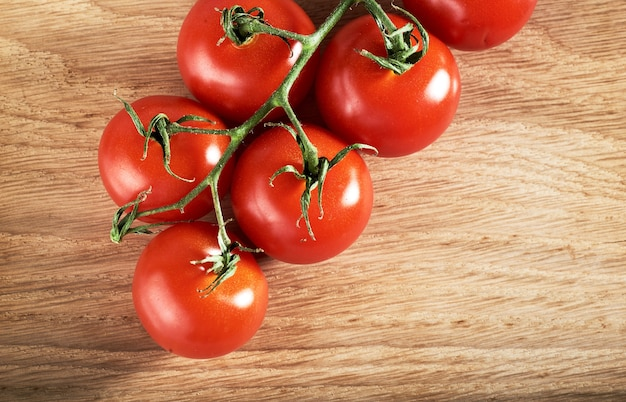 Branche de tomates cerises rouges en bois bio.