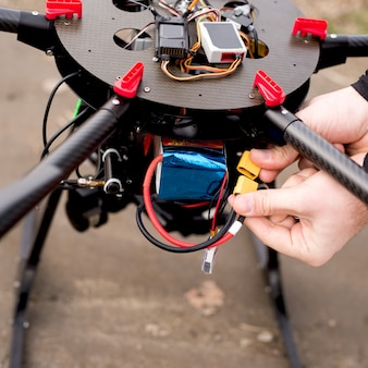 Brancher la batterie dans le drone avant de prendre.