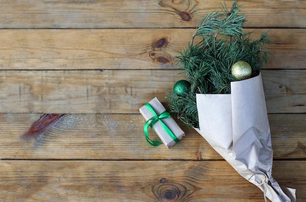 Branches d'arbre de noël dans le papier kraft sur fond de bois bouquet de noël zéro déchet