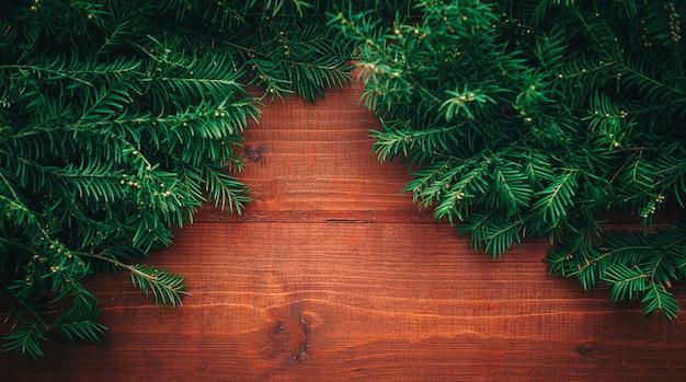 Branches d'arbres du nouvel an avec fond en bois