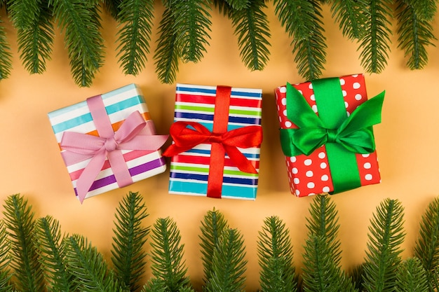 Branches d'arbres de noël avec des cadeaux emballés