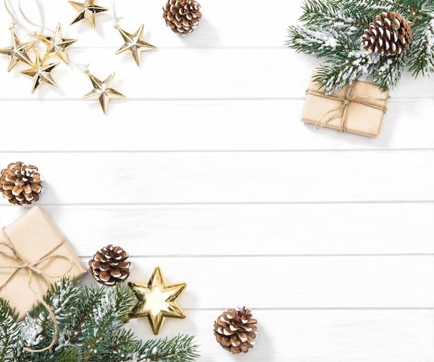 Branches d'arbres de noël avec des cadeaux et des ornements. fond d'hiver