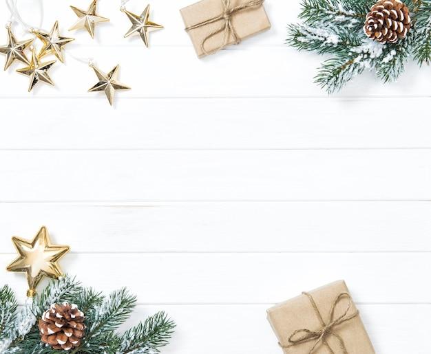 Branches d'arbres de noël avec des cadeaux et des ornements. fond de vacances d'hiver