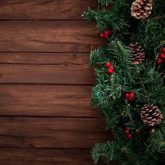Branches d'arbres de noël sur fond en bois