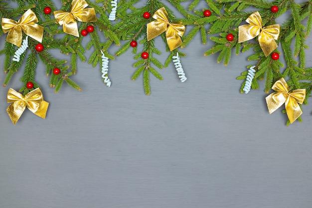 Branches d'arbres de noël vertes naturelles décorées sur bois peint en gris copy space
