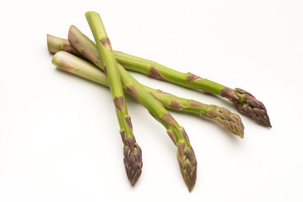 Branches d'asperges vertes fraîches isolées