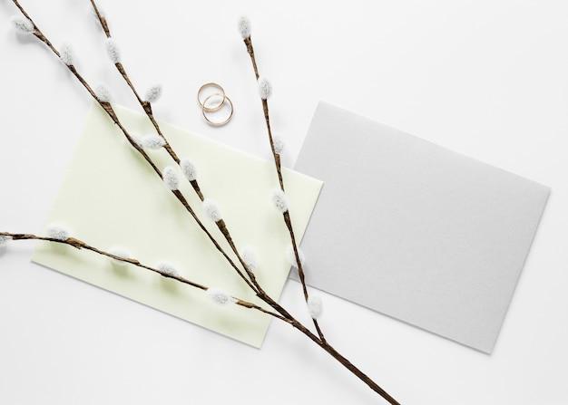 Branches de coton à côté de la carte de mariage