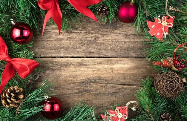 Branches et décorations de pin frais