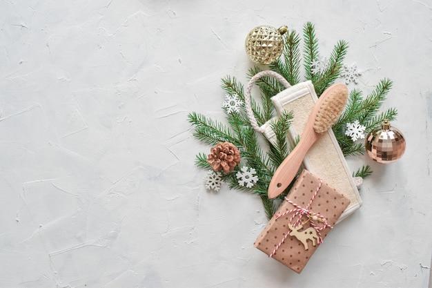 Branches d'épinette sur le côté droit avec des articles pour le spa et le massage. il y a une copie de l'espace. mise à plat bonne année.