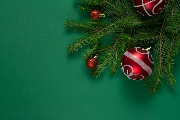 Branches d'épinette verte de noël et bulles de noël rouges