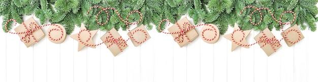 Branches de pin et coffrets cadeaux. bannière de vacances de noël