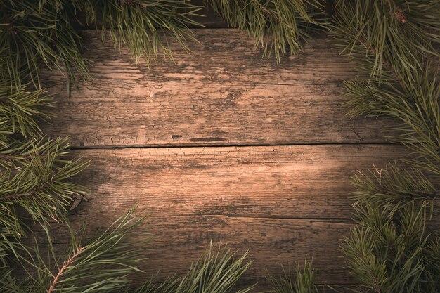 Branches de pin frais sur une table en bois naturel