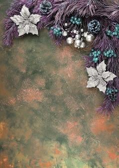 Les branches de pin sont décorées de baies et de fleurs de couleur inhabituelle