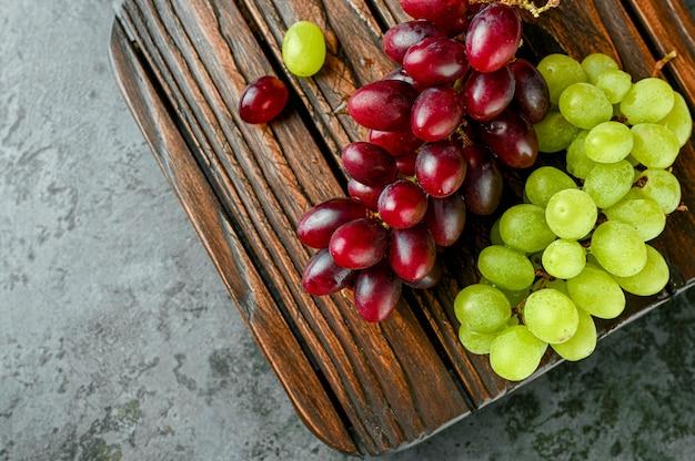 Branches de raisins rouges et verts