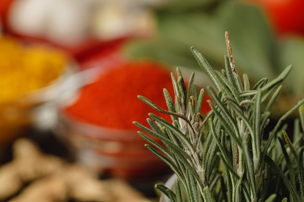 Branches de romarin séchées sur la table de la cuisine se bouchent