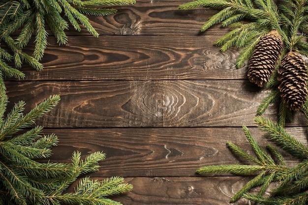 Branches de sapin et cône sur fond de bois ancien foncé