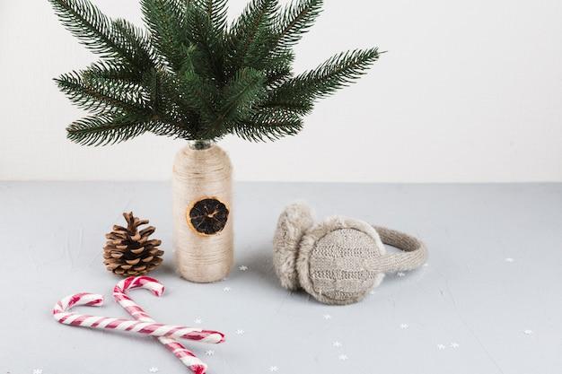 Branches de sapin dans un vase avec des cannes de bonbon