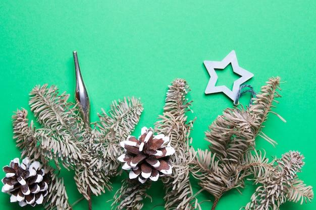 Branches de sapin et décoration écologique de noël sur fond vert copie espace