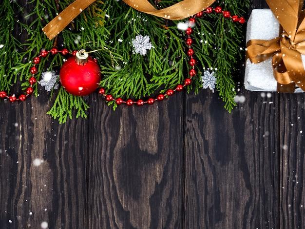 Branches de sapin avec décoration de noël sur bois