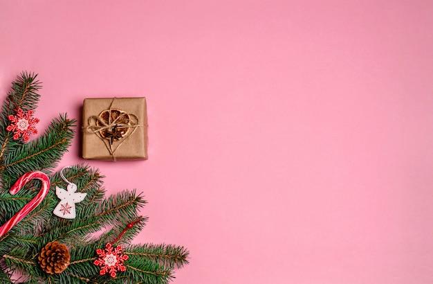 Branches de sapin, décorations, coffret cadeau avec décor, jouets en bois, bonbons de noël caramels, pommes de pin