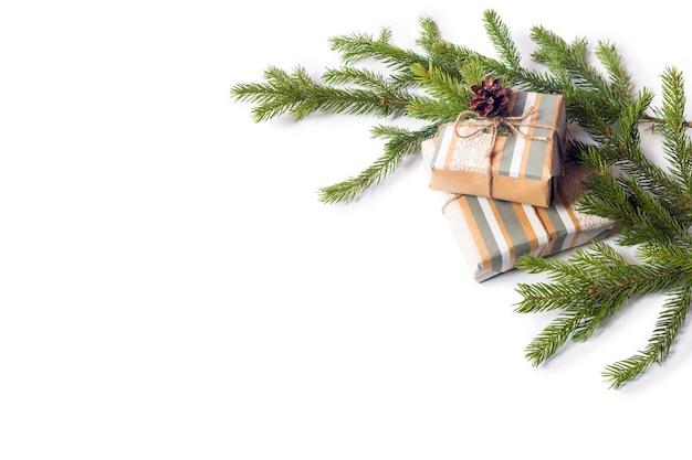 Branches de sapin sur fond blanc isolé. cônes de sapin sur un cadeau. carte de voeux pour noël. décoration.