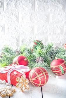 Branches de sapin de noël, coffrets cadeaux avec ruban festif