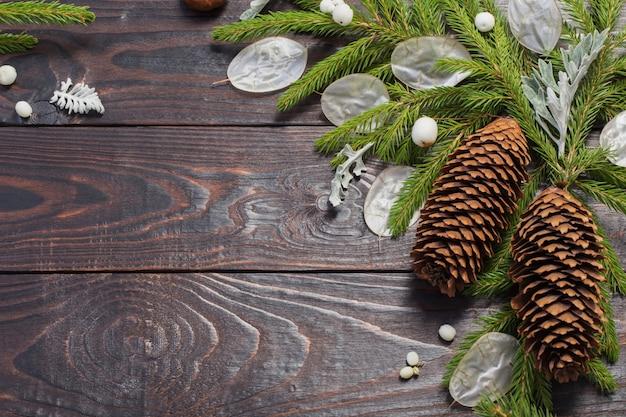 Branches de sapin de noël et décorations sur fond de bois foncé