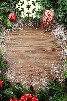 Branches de sapin de noël avec rowan et jouets sur table en bois