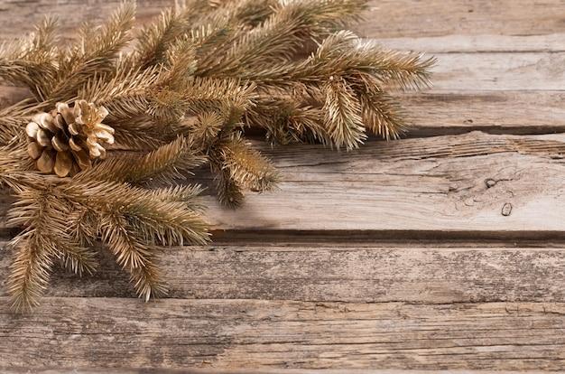 Branches de sapin de noël sur le vieux fond en bois foncé