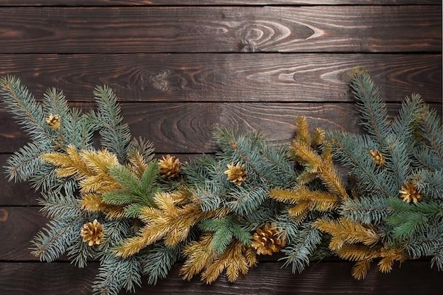 Branches de sapin de noël sur le vieux mur en bois foncé