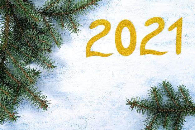 Branches de sapin et numéro de nouvel an doré