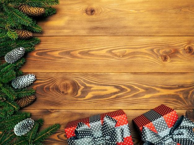 Branches de sapin sur la planche de bois. coffrets cadeaux emballés. concept de noël et du nouvel an