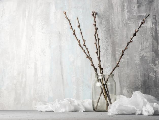 Branches de saule sur la table