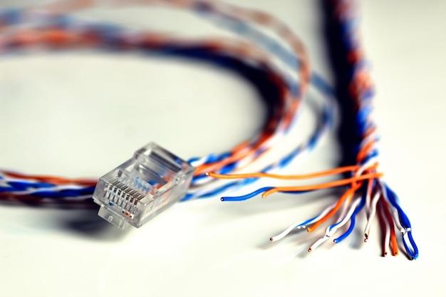 Branchez le fil de couleur lan