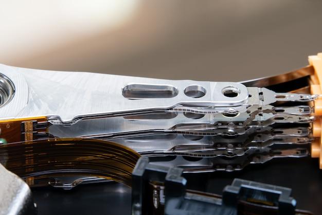 Le bras de l'actionneur a ouvert le lecteur de disque dur hdd.