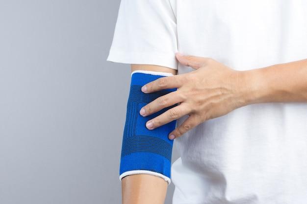 Bras avec appui élastique au coude et geste blessé