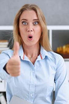 Bras féminin montrer ok ou approbation avec le pouce vers le haut