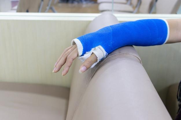 Bras d'une femme blessée et portant une attelle