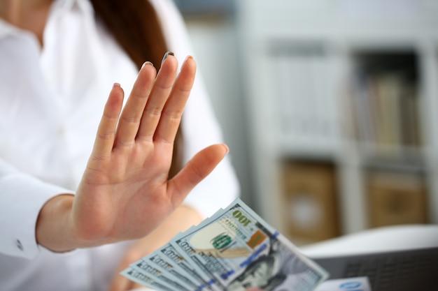 Bras masculin payer tas de billets de cent dollars