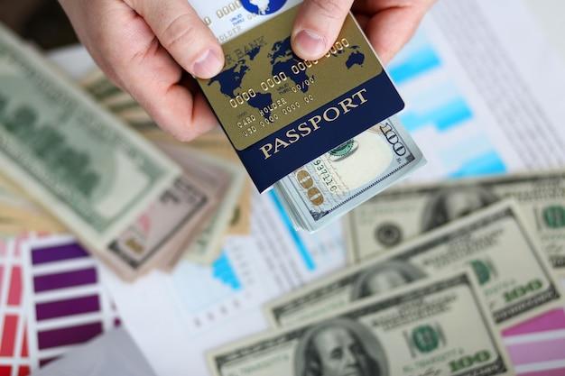Bras masculins tenant un pack bancaire de passeport de nous