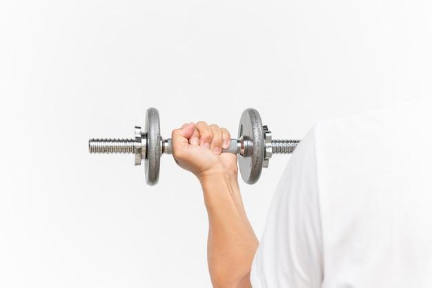 Bras de mec musclé faisant des exercices avec haltère