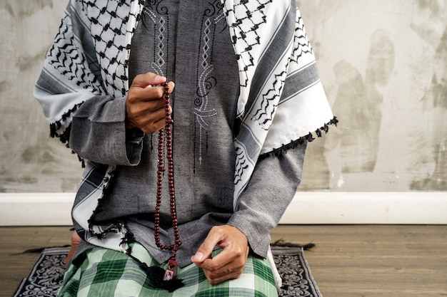 Bras ouvert à la main tout en priant dans la culture islamique