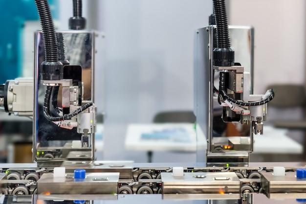 Bras de robot automatique avec capteur optique fonctionnant en usine