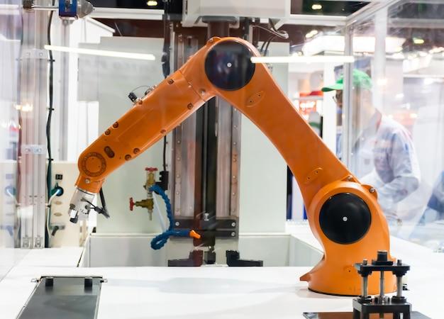 Bras robotique travailler avec des robots