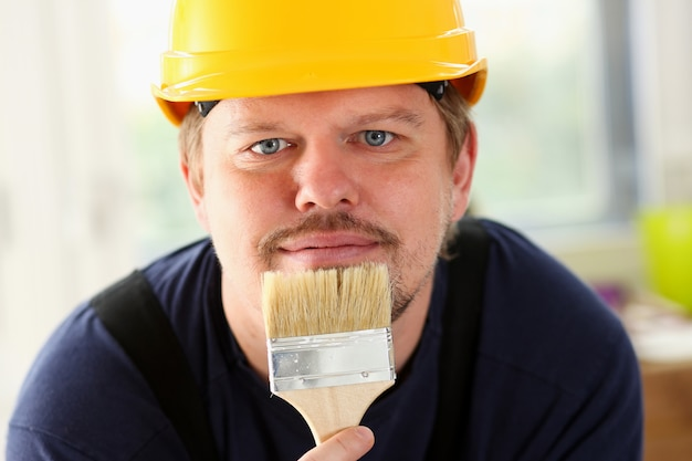 Bras de travailleur souriant tenir portrait brosse