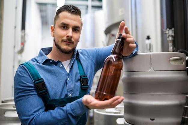 Brasserie testant une bouteille de bière